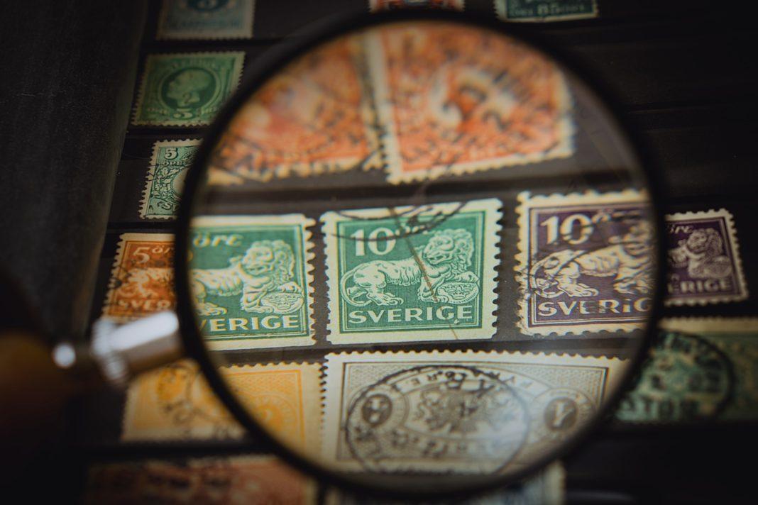 Sammeln von Briefmarken, Lupe auf Briefmarken