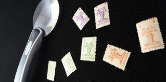 Wert von Briefmarken ermitteln - Lupe mit Briefmarken